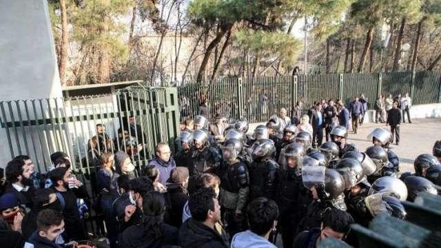 اعتقال 450 محتجا في طهران خلال ثلاثة أيام