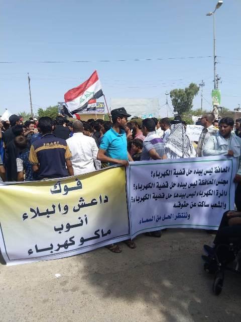 المئات يتظاهرون شرقي كربلاء ويهددون محطة كهربائية بالاغلاق احتجاجا على تردي الخدمة