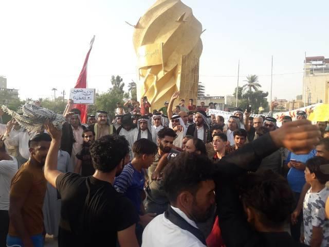 المئات يتظاهرون وسط كربلاء ويطالبون بتحسين الخدمات وتعديل الدستور