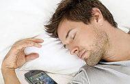 تعرف على مخاطر النوم قرب الهواتف النقالة