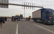 بالصور :محتجون يقطعون مجددا الطريق الدولي السريع في الديوانية