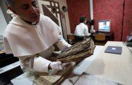 كاهن عراقي يبشر بثقافة حماية الكنوز الأثرية